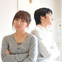 夫婦が離婚協議しているイメージ画像